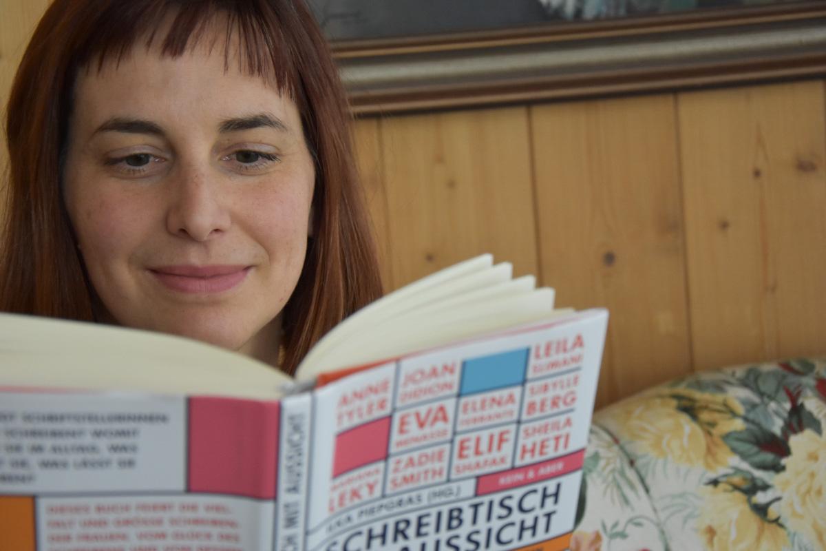 Schreibtisch mit Aussicht Portrait Christine lesend